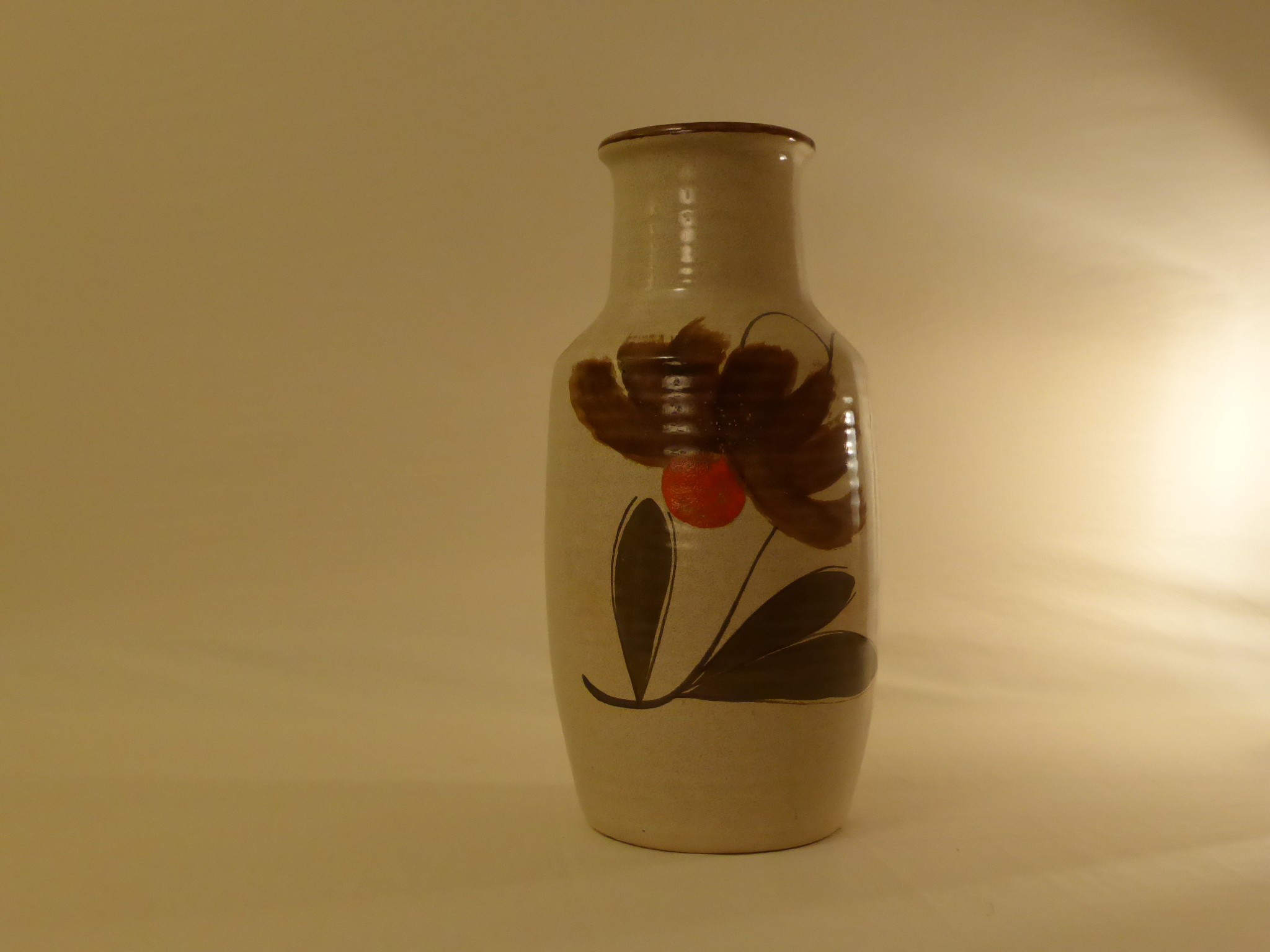Vase en grès avec motif fleurs